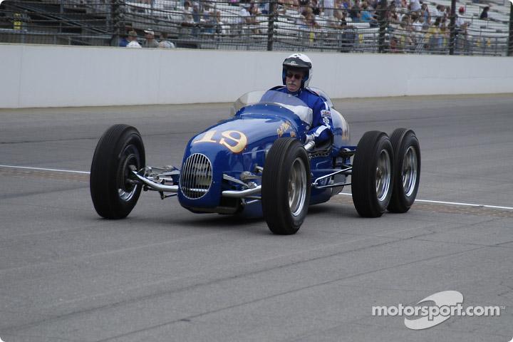 La «Pat Clancy Special» à 6 roues Indianapolis 500